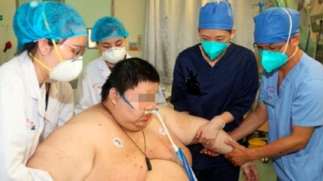 شاهد الرجل الذي زاد وزنه 100 كلغ لشدة خوفه من كورونا