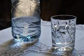 المياه المعدنية أم ماء الحنفية النقي؟ إليك الفروق والفوائد والمفاجئات