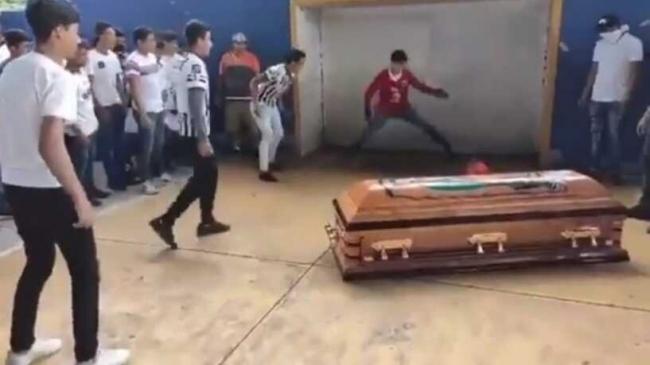 فيديو.. لاعب يسجل هدفه الأخير في جنازته