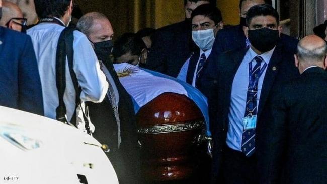 """خطيئة """"نعش مارادونا"""" تطيح 3 عاملين.. وتهديدات بالقتل"""