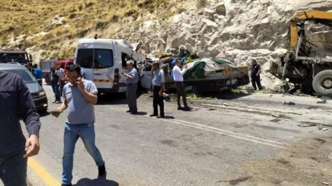بالصور: وفاة على الأقل وعدد من الاصابات الحرجة في حادث مروع بين ثلاث مركبات ثقيلة شمال نابلس