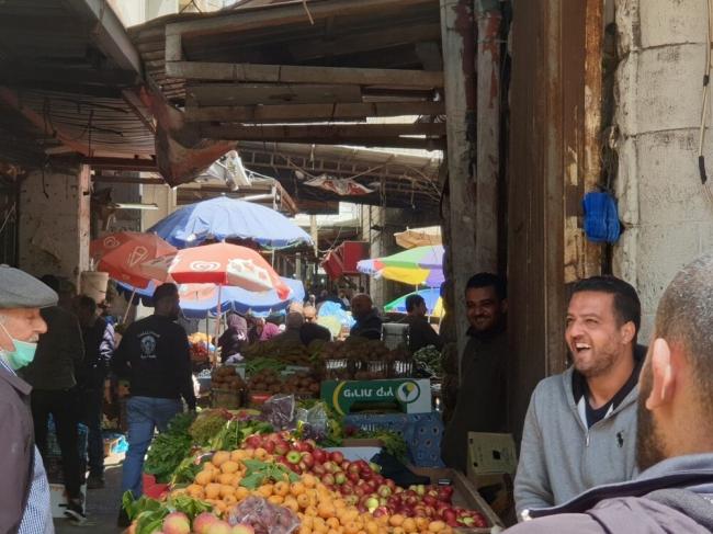 لا تباعد ولا كمامات بأسواق المدن الفلسطينية.. والبعض يعتبره كذب وخداع.. هل إنتهى كورونا؟؟