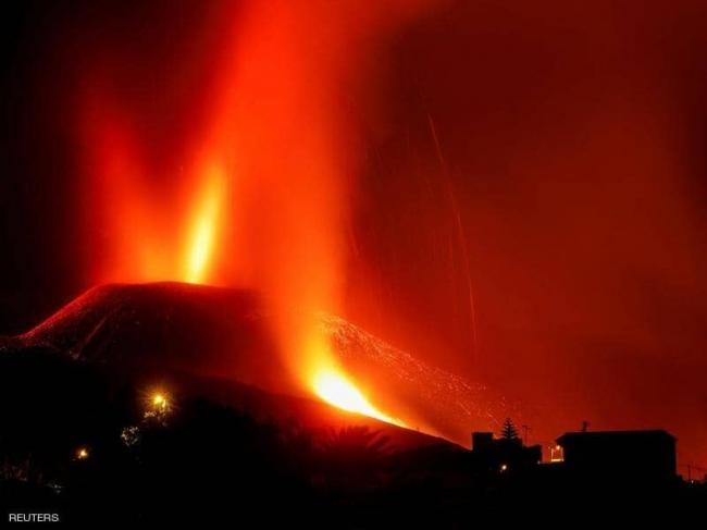 بركان جزر الكناري.. ثورة البركان تشتد وإعلاق المطار