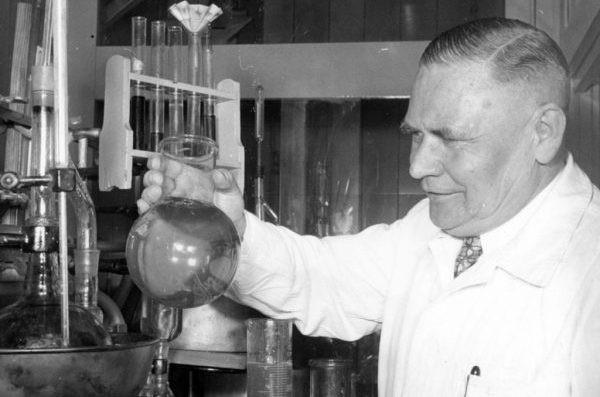 كان يريد مكافحة الحشرات.. جيرهارد شريدر الكيميائي الألماني الذي اكتشف غازات الأعصاب بـ «الصدفة»!