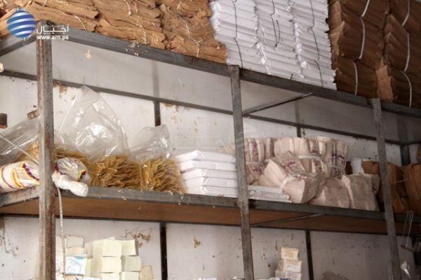 """بالصور: إتلاف مواد غذائية بنكهة """" الصراصير والفئران """" في محل وسط رام الله"""