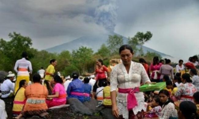 إعلان الطوارئ بأندونسيا تحسبا لثوران بركان جبل أغونغ