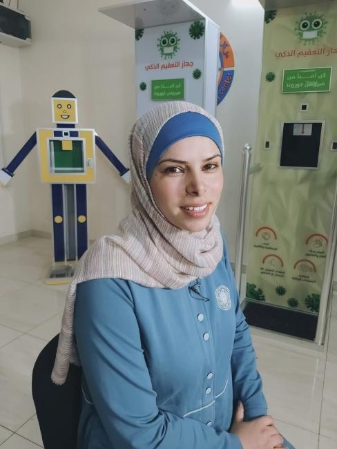 فلسطينية من غزة تتحدى الحصار وجائحة كورونا بصناعة جهاز تعقيم ذكي