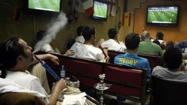 اشتراك كأس العالم يستنزف جيوب الفلسطينيين وتهديدات بتشفير أجهزة البث في الأماكن العامة