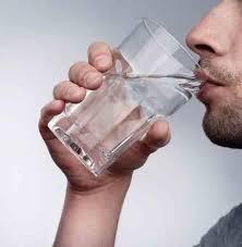 لماذا يجب عليك أن تشرب الماء الدافئ وقليلاً من الليمون على معدة فارغة كل صباح ؟؟
