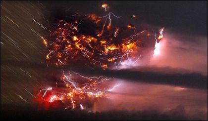 بالصور...ألسنة لهب أرضية مزقت وجه السماء برقاً ورعداً... بركان تشيلي المتوحش ينفجر