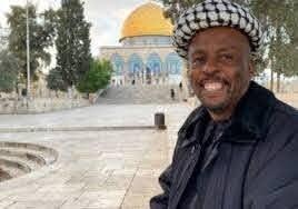 """أمضى عامين مشياً على الأقدام.. قصة الجنوب إفريقي """"تكالا"""" الذي قطع 10 بلدان للصلاة بالقدس (فيديو)"""
