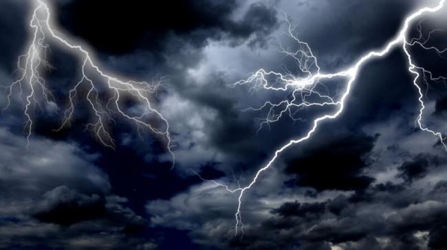 لماذا يتشكّل البرق في شكل متعرج فقط؟