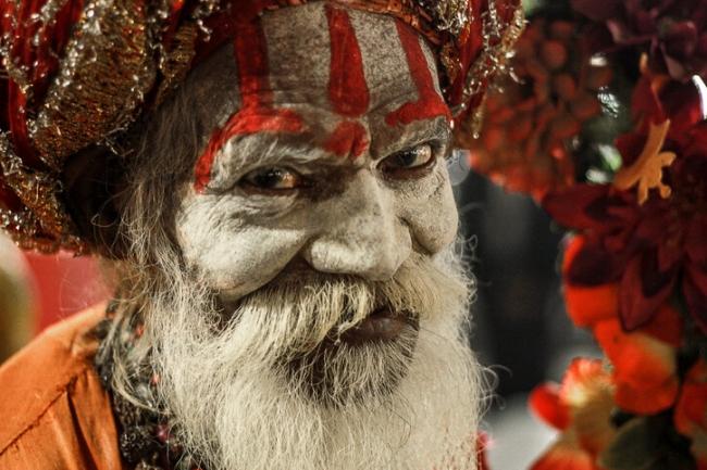يأكلون لحوم البشر ويدهنون أنفسهم برماد الموتى.. تعرّف على الممارسات الدينية الغريبة لطائفة الآغوري الهندية
