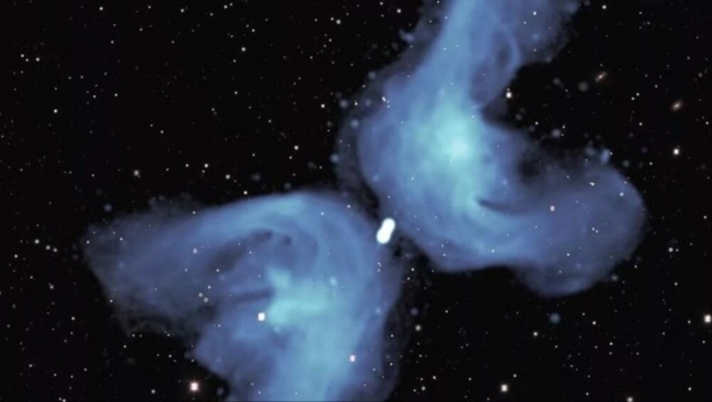 """ألهبت حماس الفلكيين لعقود.. صورة تكشف سرّ غرابة المجرة """"إكس"""" العملاقة"""