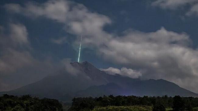 رصد ضوء أخضر غريب فوق بركان إندونيسي أثناء ثورانه