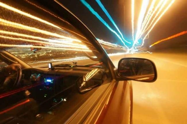 ماذا يحدث إذا سافرت بسرعة تماثل سرعة الضوء أو أسرع؟