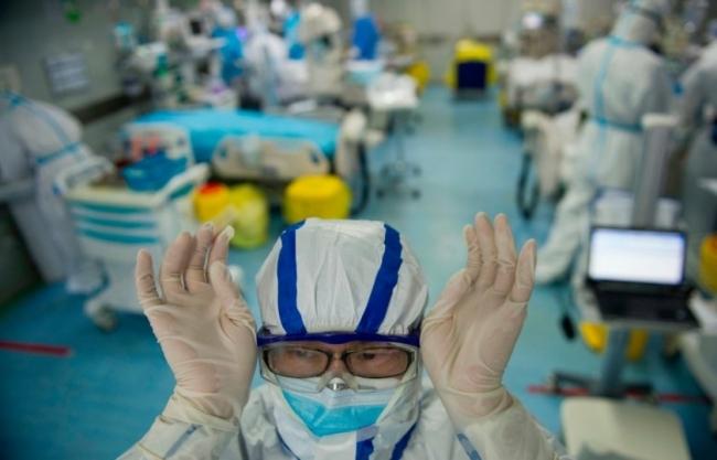 الجميع يكتشف علاجاً لكورونا! كيف أصبح العلم خرافة في سوق السياسة؟