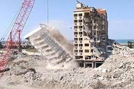 مشاهد توثق لحظة نجاة عامل أثناء سقوط مبنى في مدينة تركية